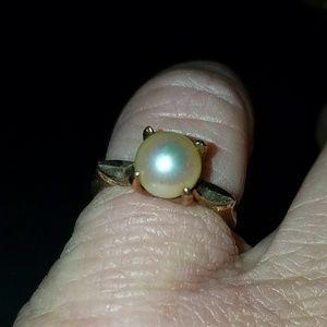 Vintage 10 karat yellow gold and pearl ring